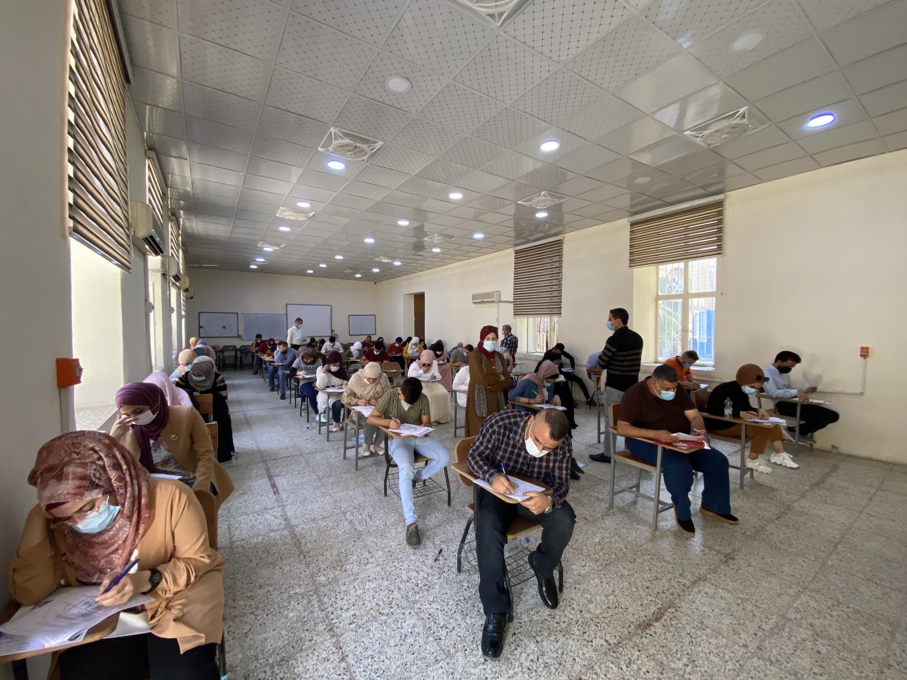 طلبة الدراسات العليا في كلية التمريض يقومون بأداء الإمتحان التنافسي للعام الدراسي 2021/2022